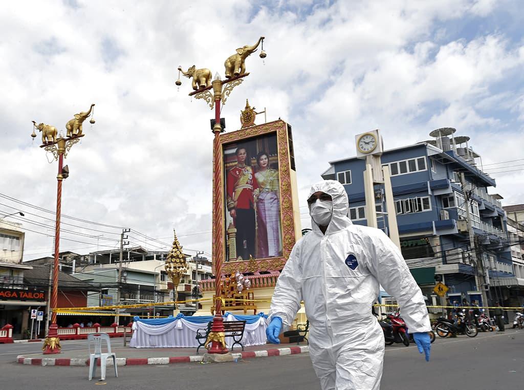 Rikospaikkatutkija tutkimassa pommi-iskujen jälkiä Hua Hinin keskustassa perjantaina.
