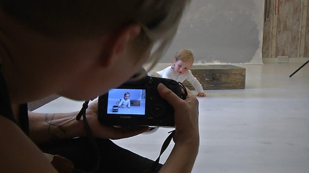 Pieni lapsi kuvattavana.