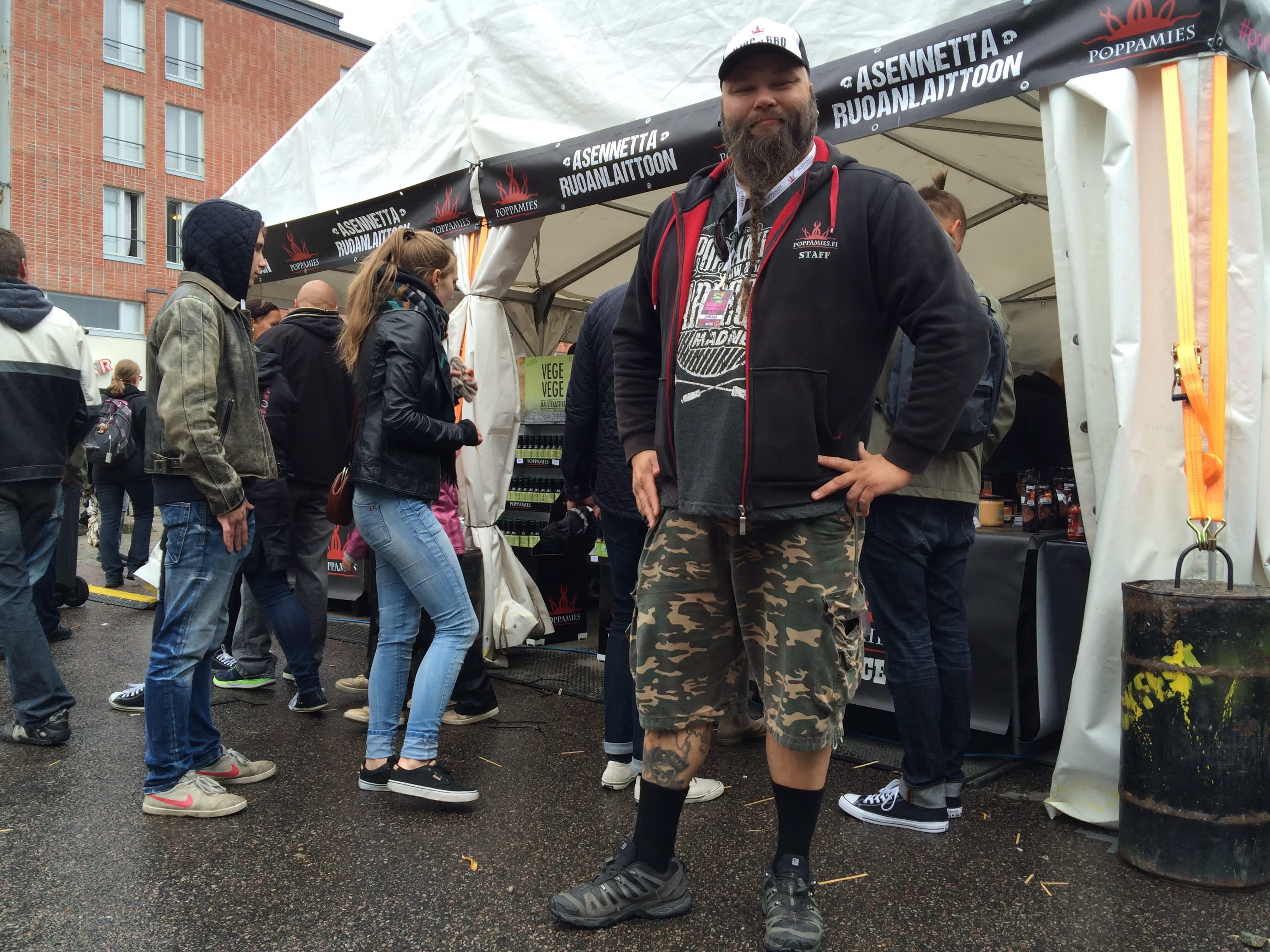Poppamiehen toimitusjohtaja Marko Suksi seisoo myyntiteltan edessä Tampereen Tullintorilla Chilifest -tapahtumassa.