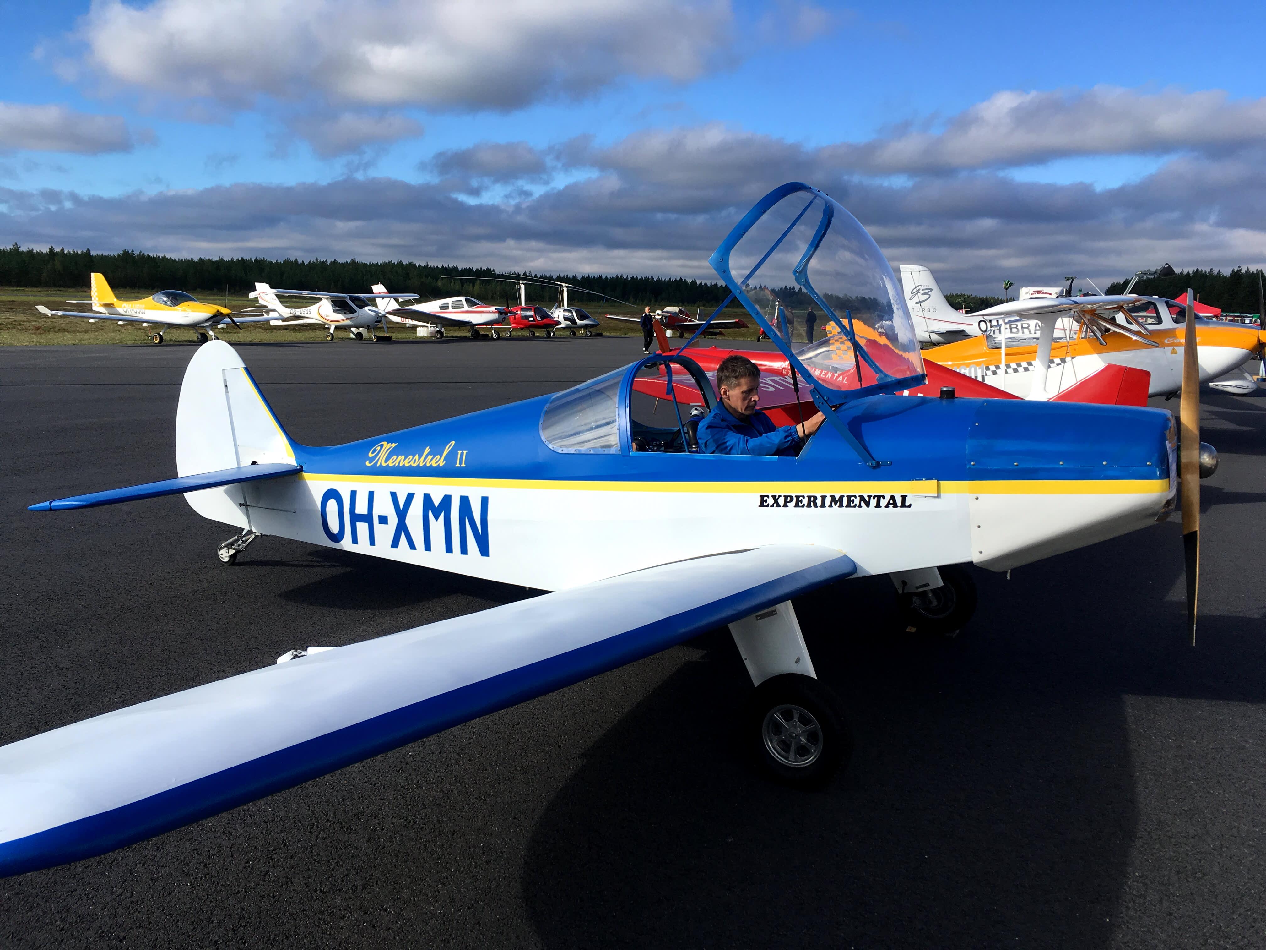 Arto Mäntylä esitteli HN700 Menestrel -konetta Kauhajoen lentokentällä.