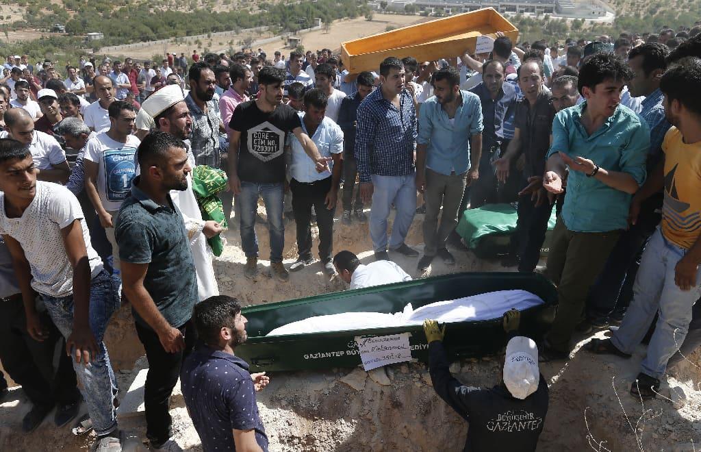 Gaziantepin iskussa kuolleiden omaisia ja ystäviä siunaustilaisuudessa 21. elokuuta 2016.