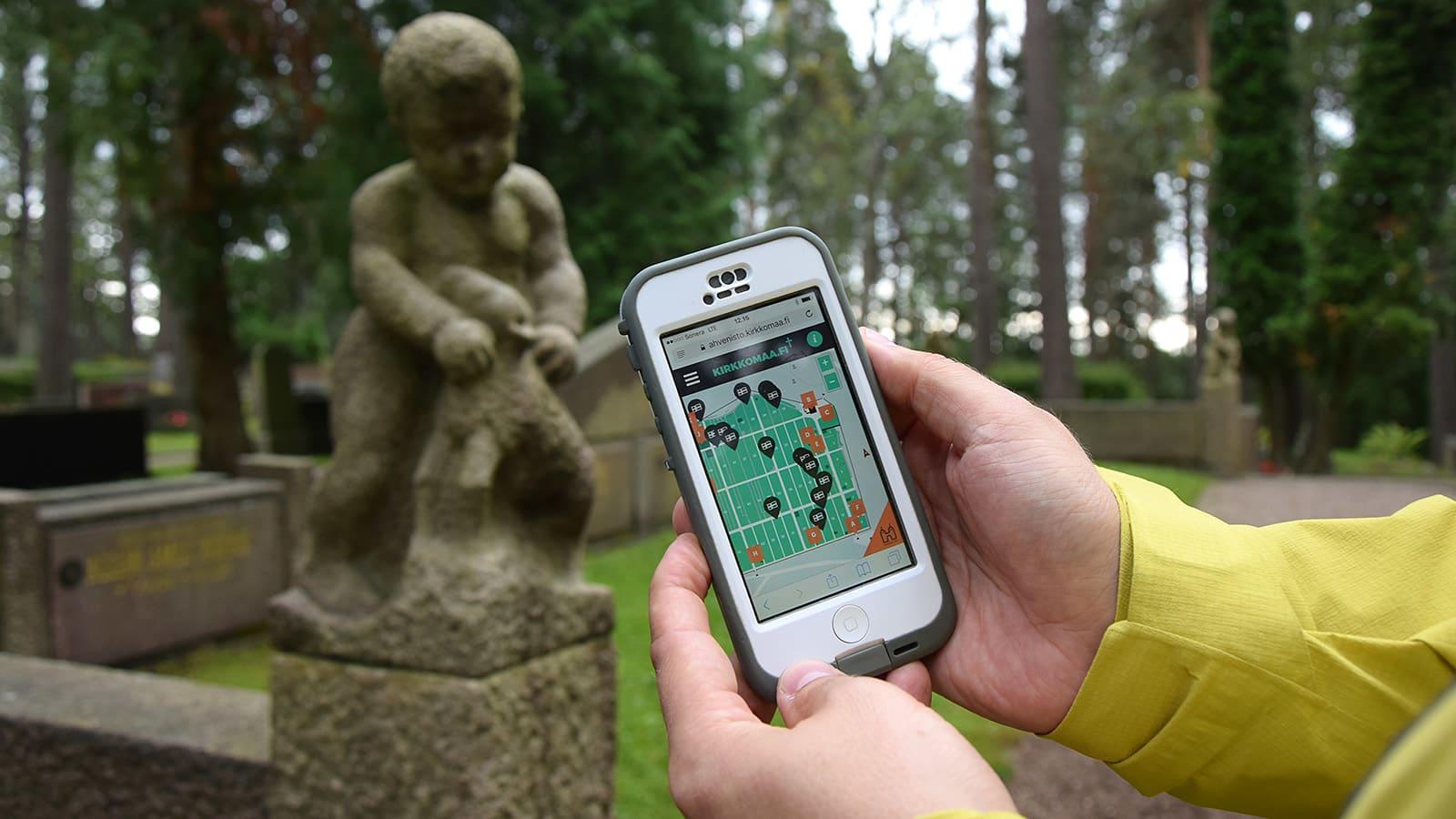 Hautausmaan virtuaalipolkukartta kännykässä