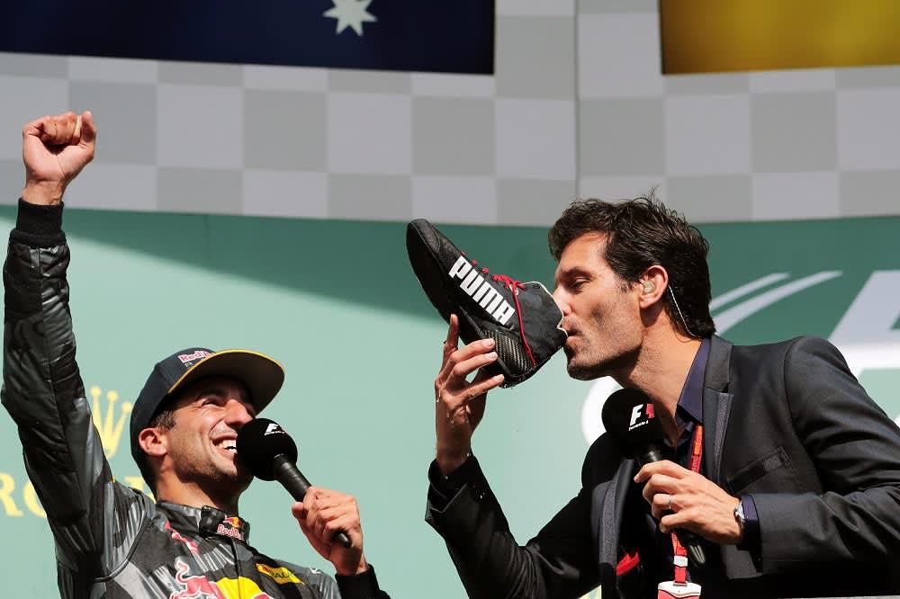 Red Bullin Daniel Ricciardo tuulettaa, kun Mark Webber juo samppanjaa kengästä.