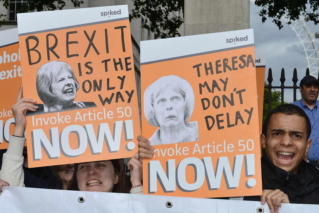 Mielenosoittajat vaativat pääministeri Theresa Maytä toteuttamaan EU-eron viivyttelemättä. Kuva Lontoon mielenosoituksesta 13. heinäkuuta 2016.