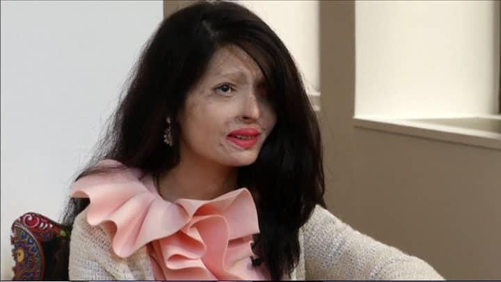Reshma Qureshi istuu tuolilla ja katsoo kohti kameraa.