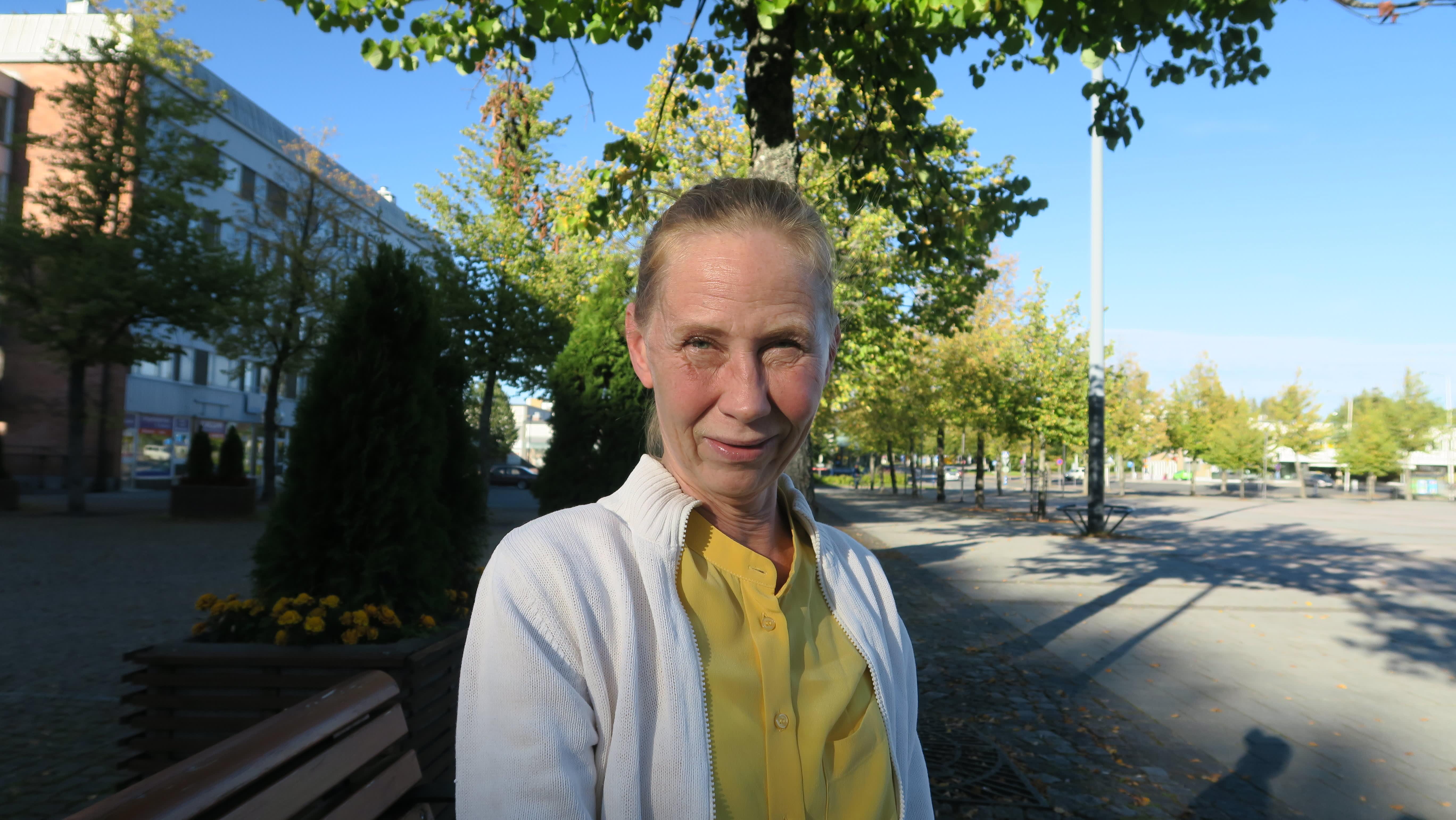 Näyttelijä Kati Outinen ratkaisisi ongelmat Forssan kantaväestön ja turvapaikanhakijoiden välillä keskustelemalla