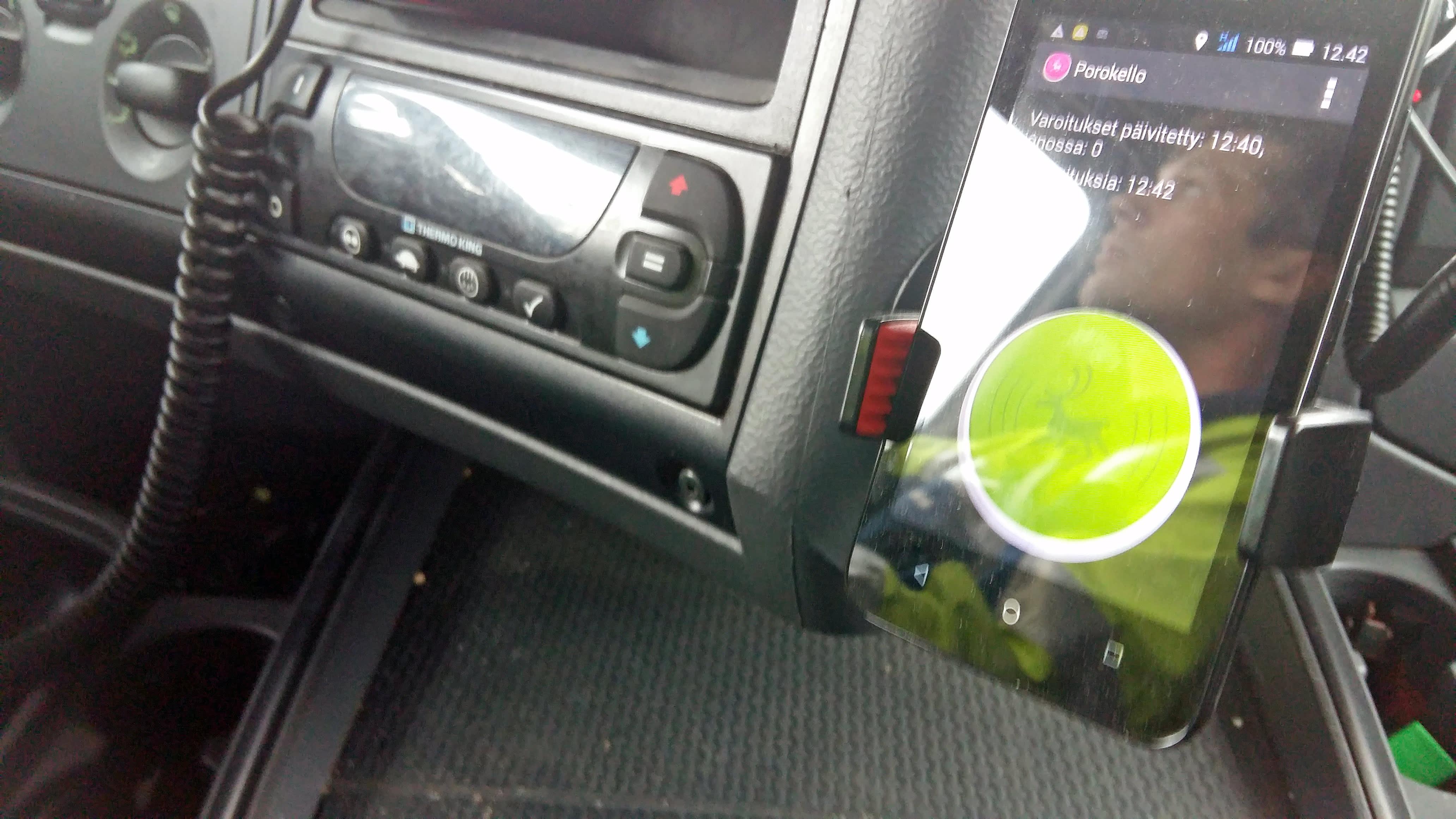 Porokello-kännykkäsovellus autossa.