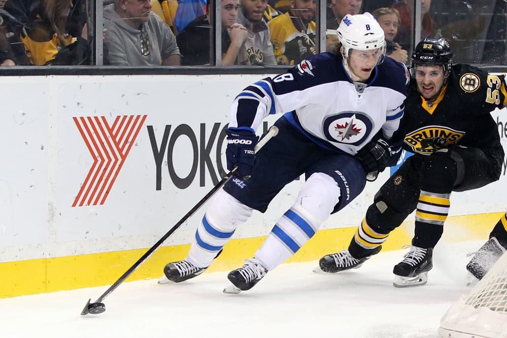 Winnipeg Jetsin Jacob Trouba ja Boston Bruinsin Seth Griffith kamppailevat kiekosta.