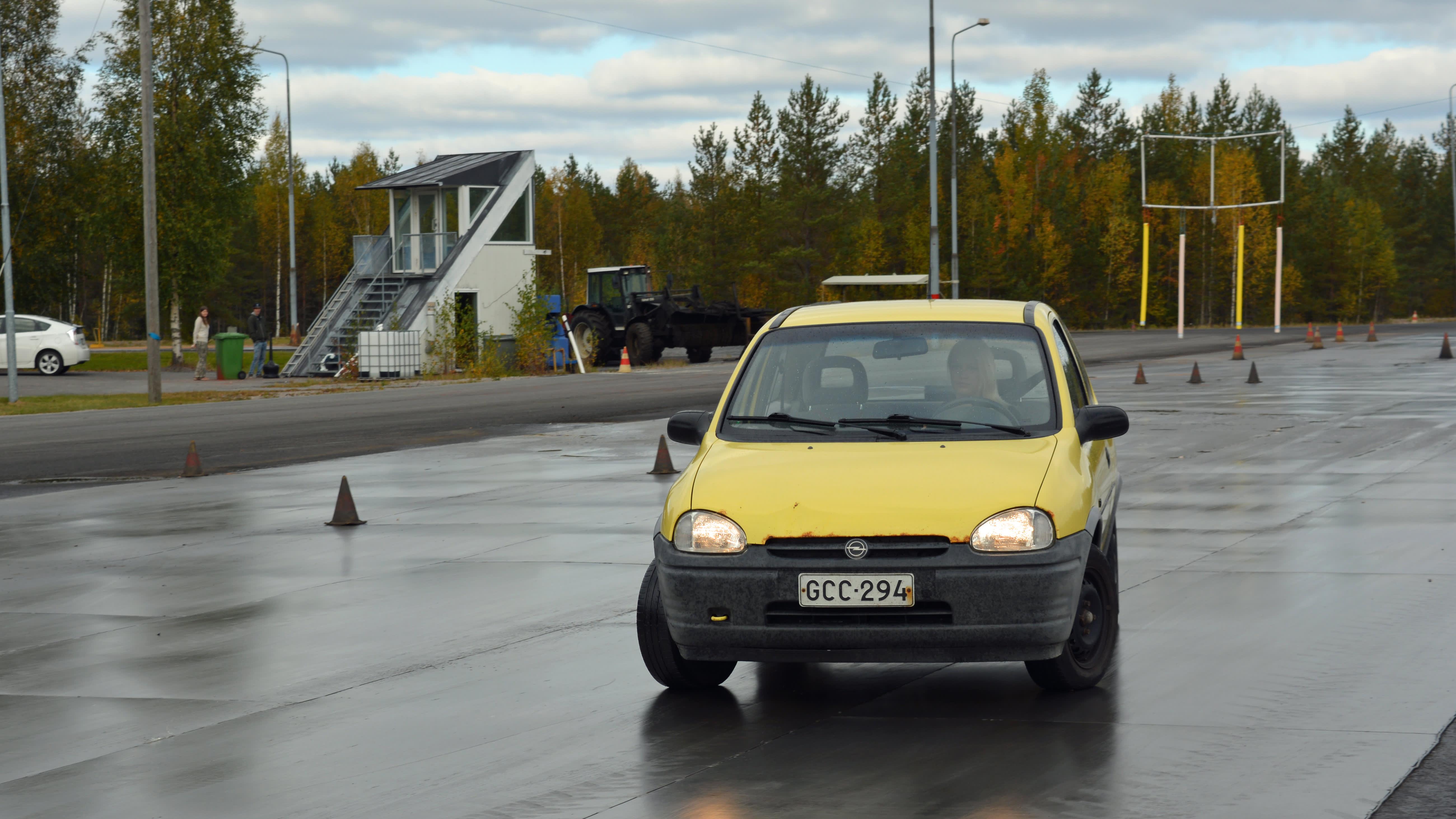 Lukkiutuvilla jarruilla auto lähtee helposti sivuttaiseen liukuun.