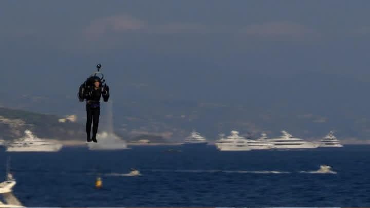 Australialainen David Mayman lentämässä rakettirepulla Monacossa.