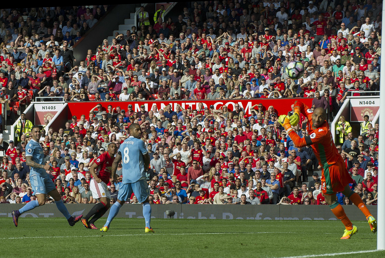 Manchester Unitedin Anthony Martial laukoo ohi Stoke-vahti Lee Grantin.