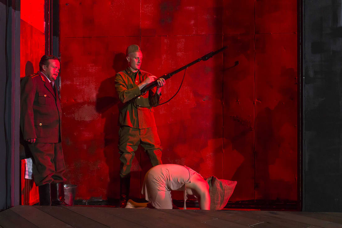 Kemin kaupunginteatterin Puhdistus-näytelmä.