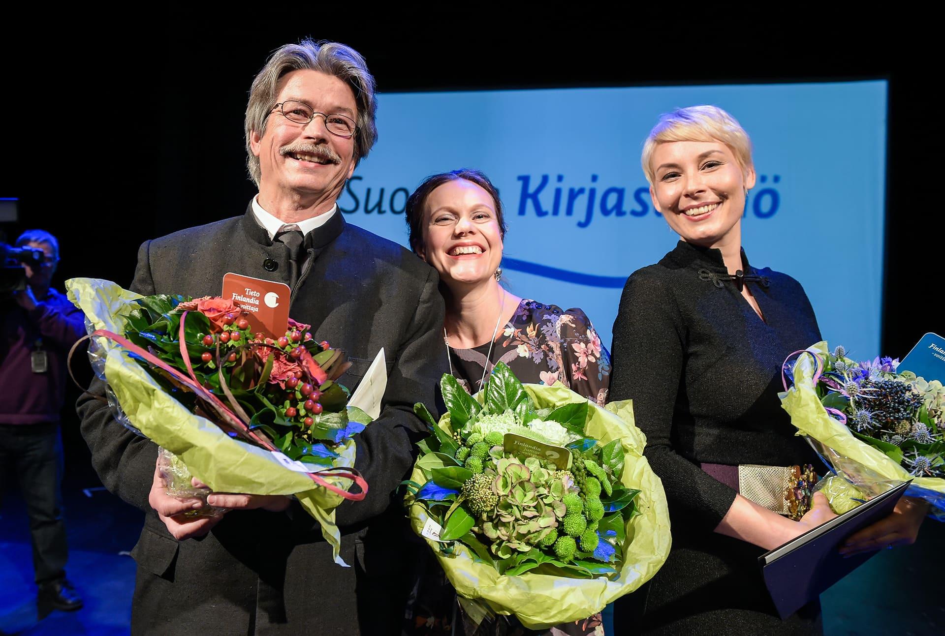Kuvassa viime vuoden voittajat. Tieto-Finlandian voittaja Tapio Tamminen, Finlandia Junior voittaja Nadja Sumanen ja Finlandia -palkinnon voittaja Laura Lindstedt.