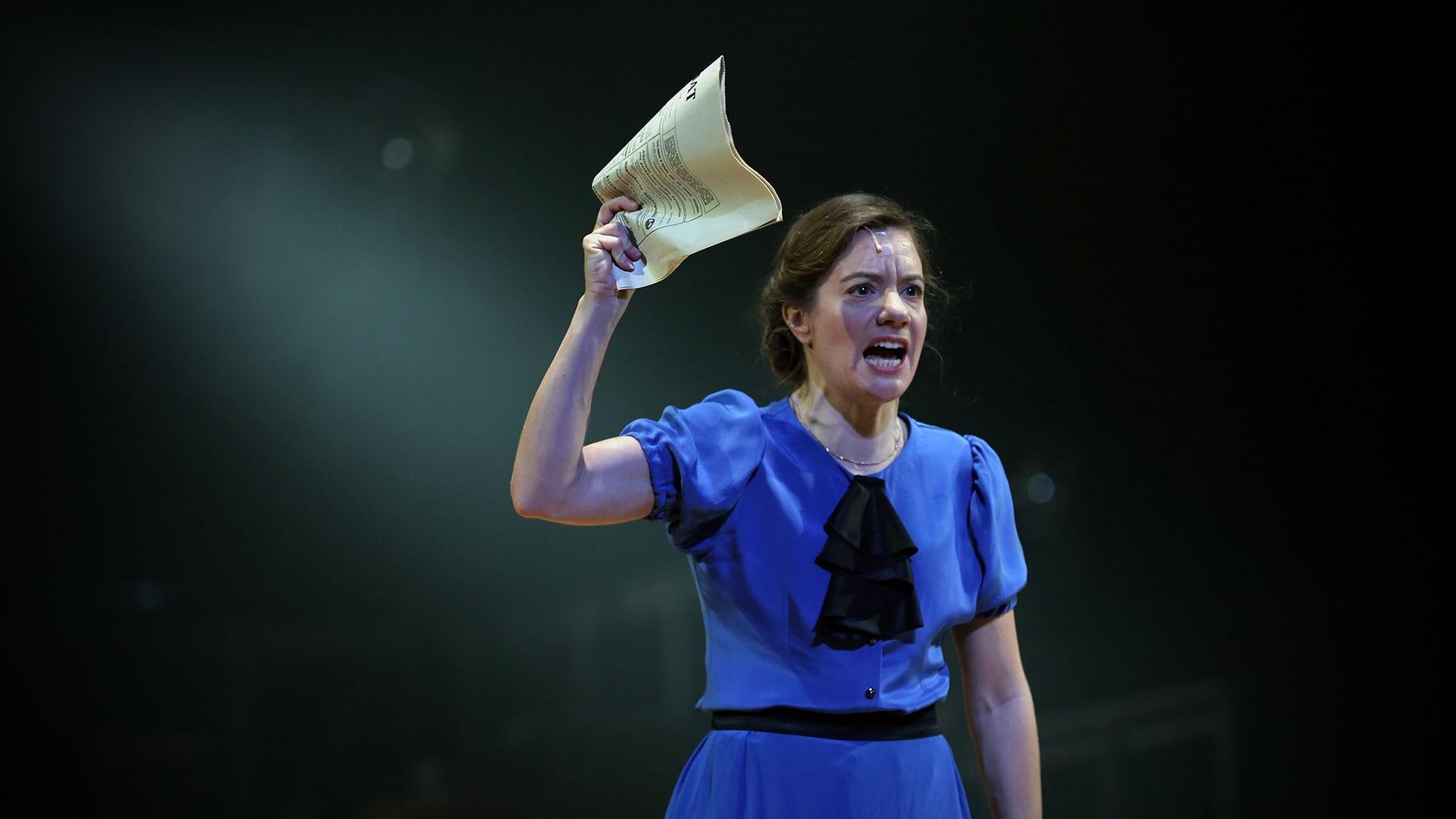 Minna Canthia esittävä Cécile Orblin julistaa lavalla.
