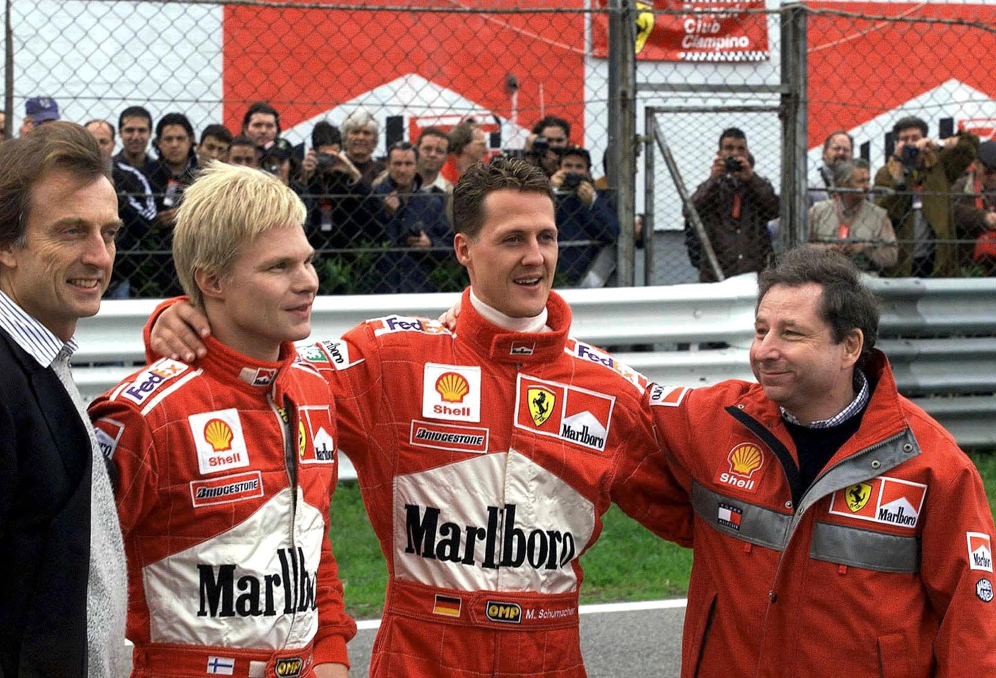 Ferrarin pääjohtaja Luca Di Montezemolo (vas.), kuskit Mika Salo ja Michael Schumacher sekä tallipäällikkö Jean Todt juhlimassa valmistajien mestaruutta kauden 1999 päätteeksi Maranellossa.