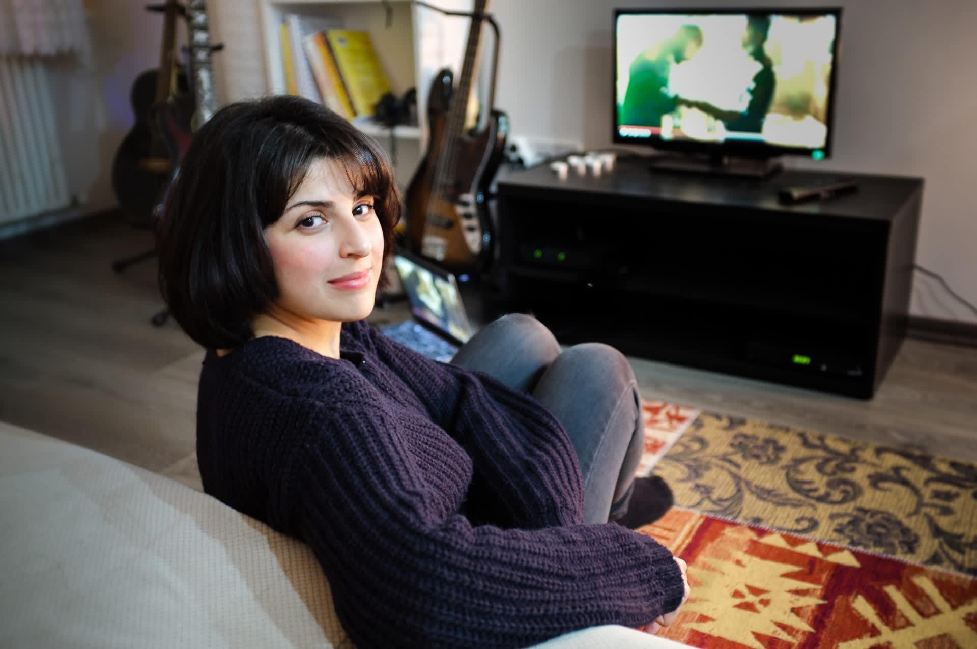 Istanbulilaisnainen Tuğba haluaisi sarjoihin vahvempia naishahmoja. Nyt saippuaoopperat pönkittävät hänestä perinteisiä sukupuolirooleja.