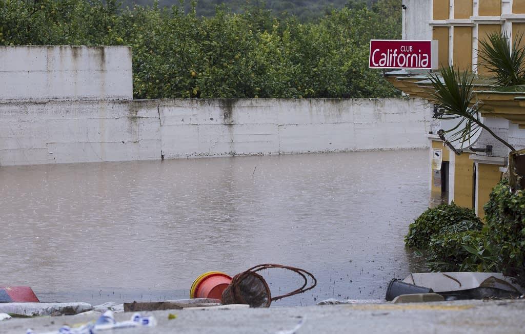 Kadulla on rojua ja sadevettä ainakin puolen metrin korkeudella Esteponan kaupungissa.