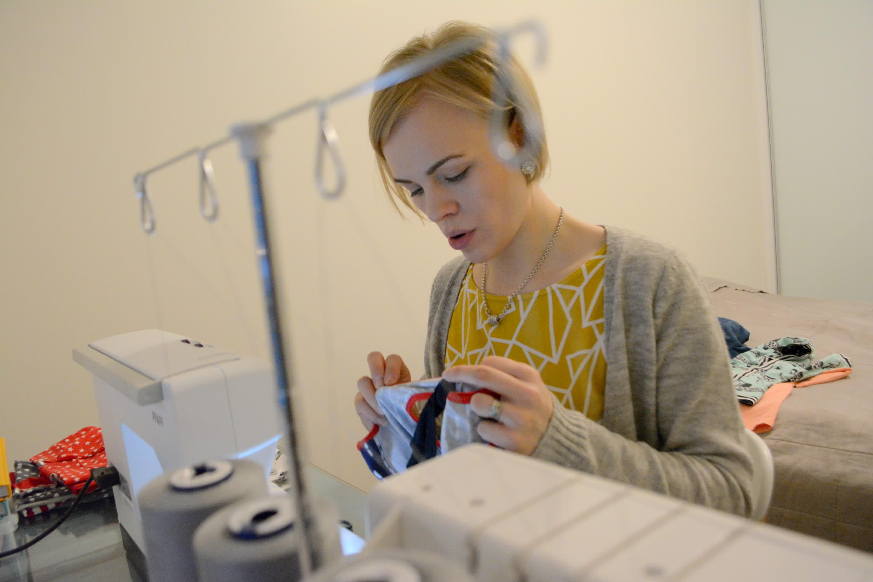 Ompelua harrastava Heidi Rytkönen ompelukoneen ääressä.