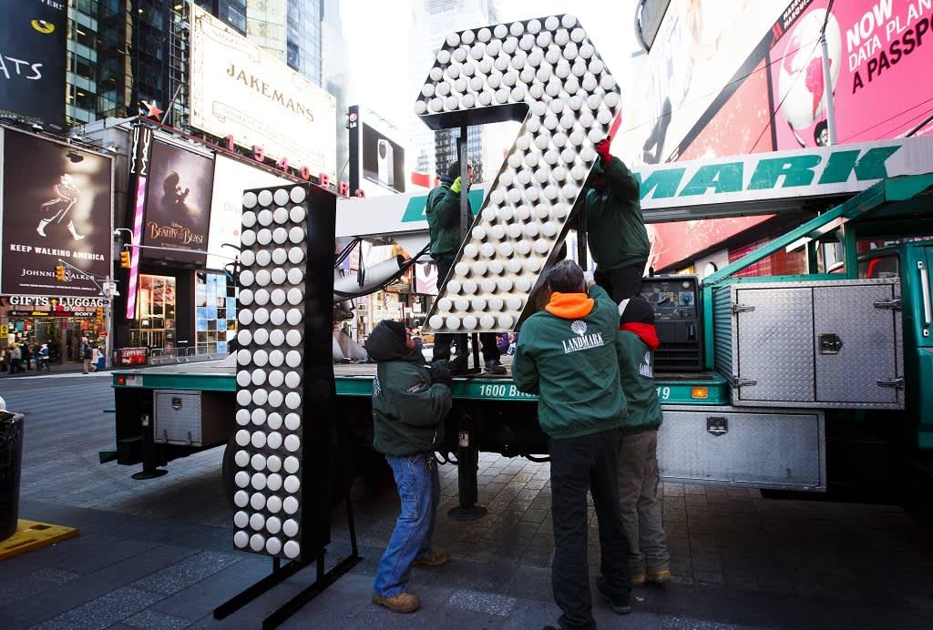 Työntekijät purkavat kahta suurikokoista numeroa valaisemaan uudenvuodenaattona Times Squarella, New Yorkissa. Perinteiseen uudenvuodenaaton tapahtumaan osallistuu vuosittain yli miljoona ihmistä.