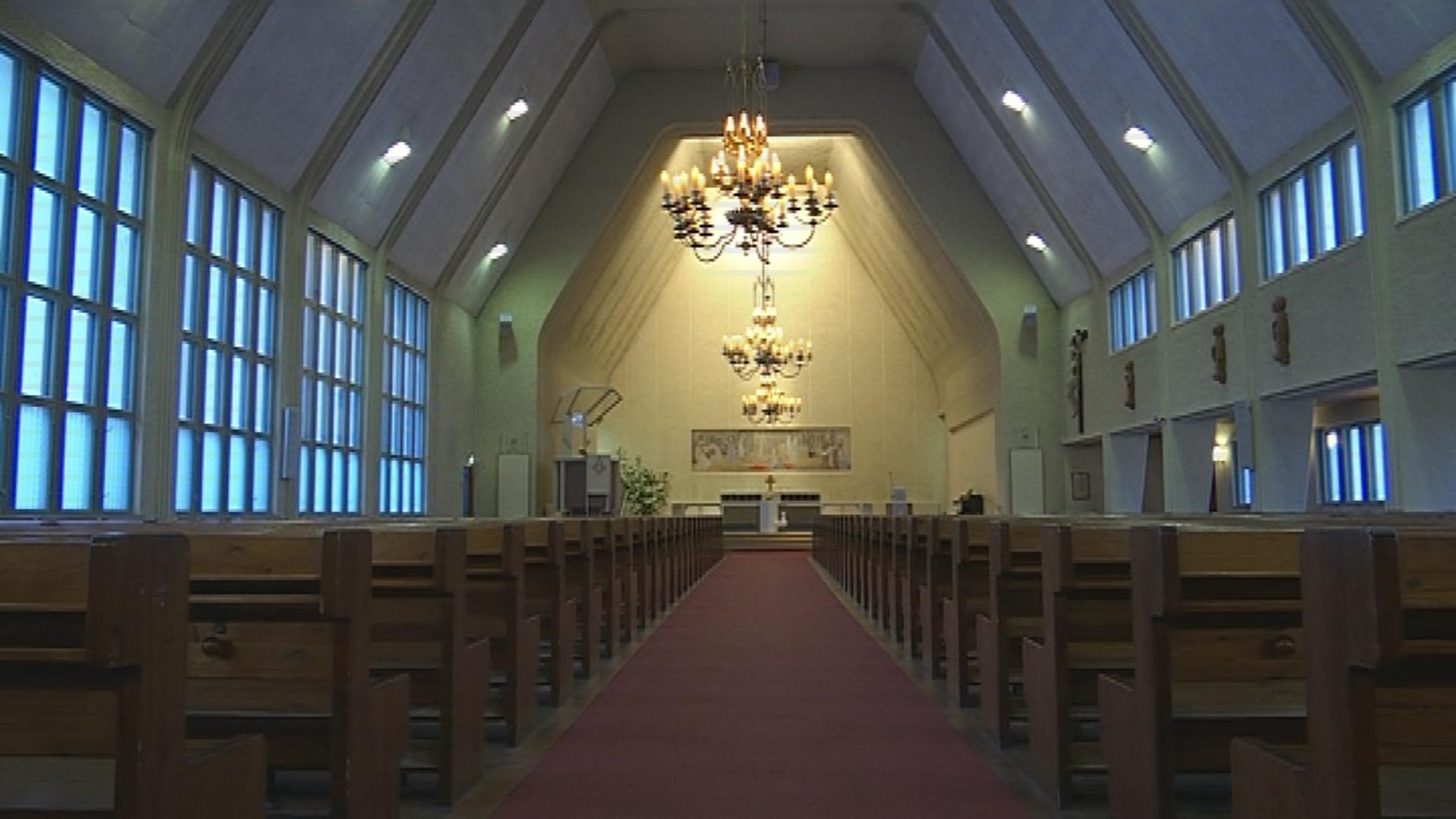 Elsi Borgin suunnittelema kirkkosali on avara
