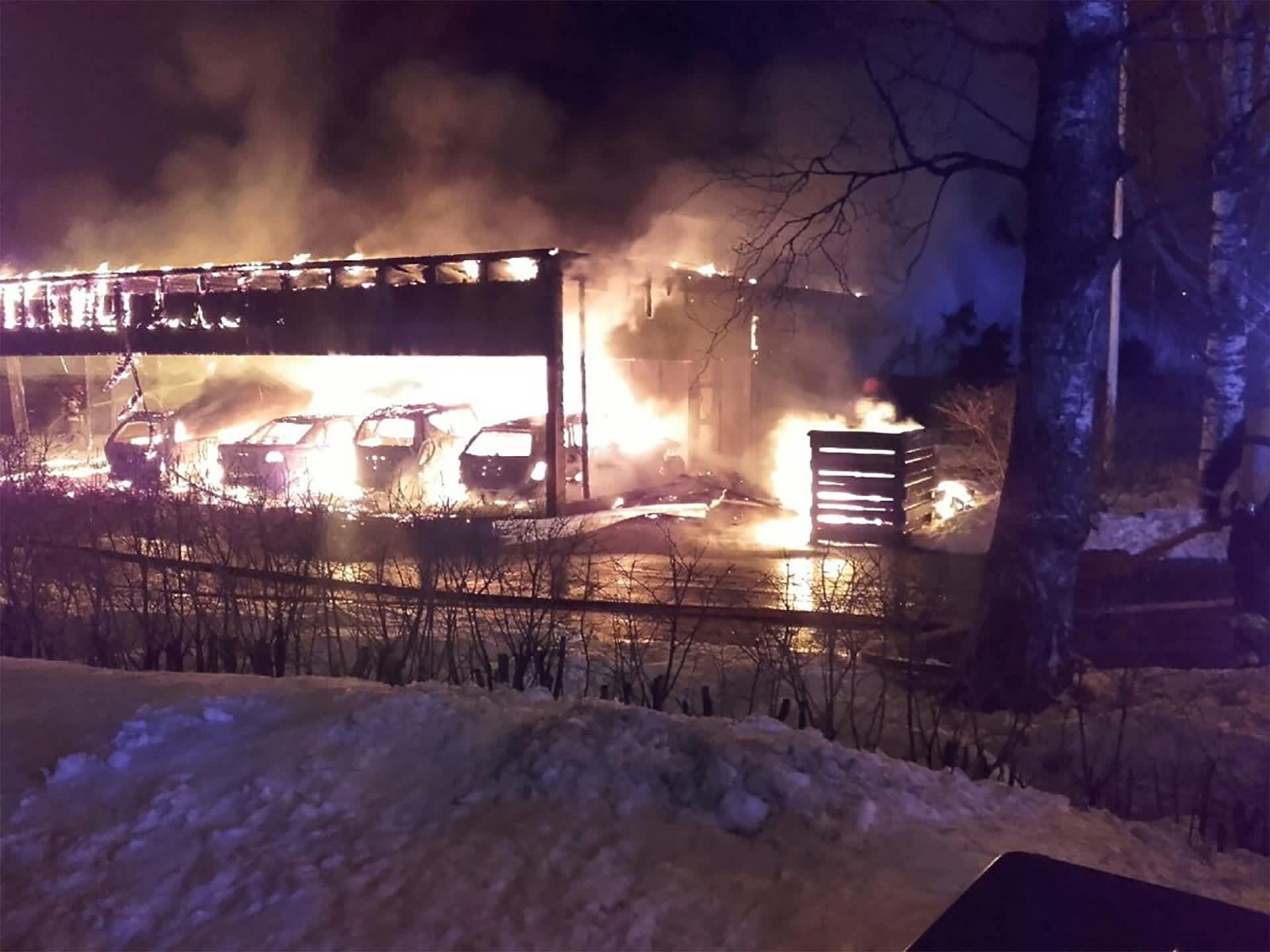Autokatos tulessa Karhusuontiellä Helsingissä.