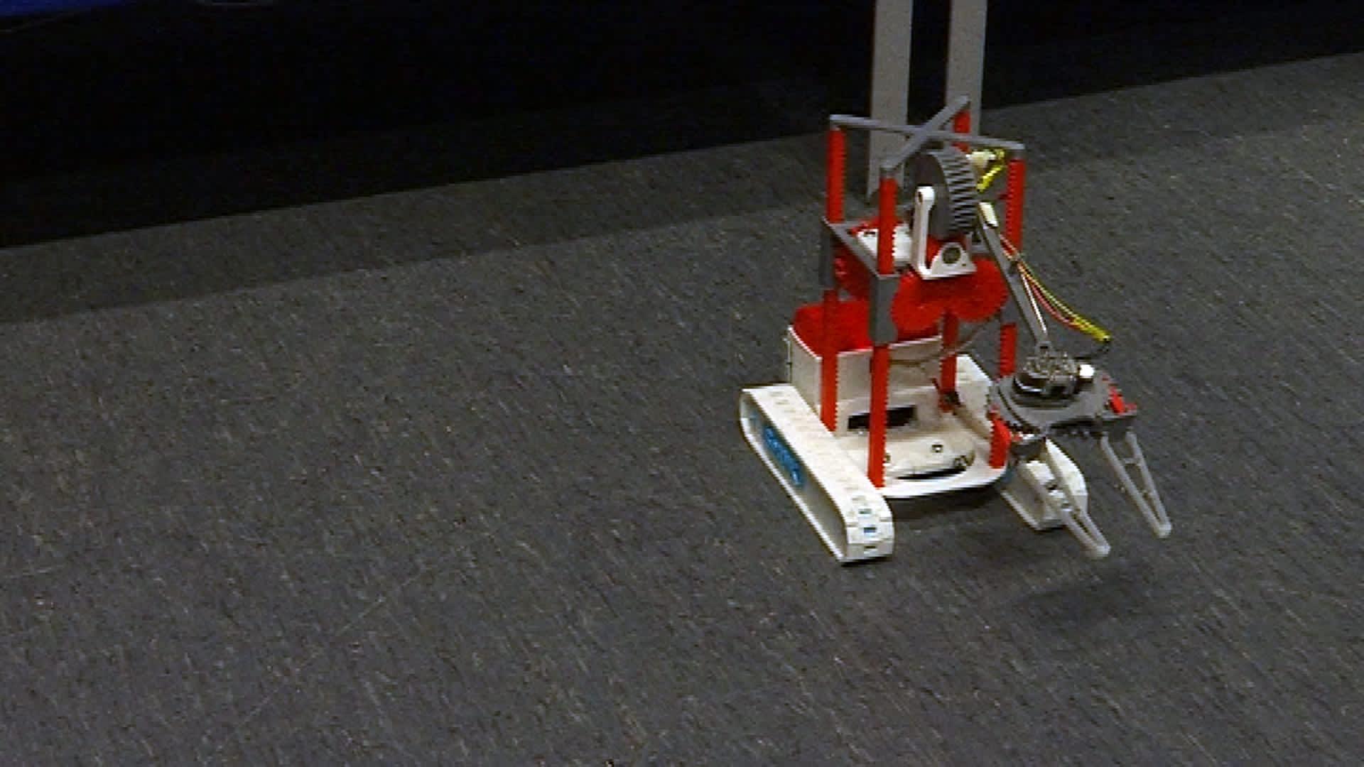 Seinäjoen ammattikorkeakoulussa 3D-tulostimella tehty leikkikalua muistuttava ja älypuhelimella ohjattava pieni robotti.