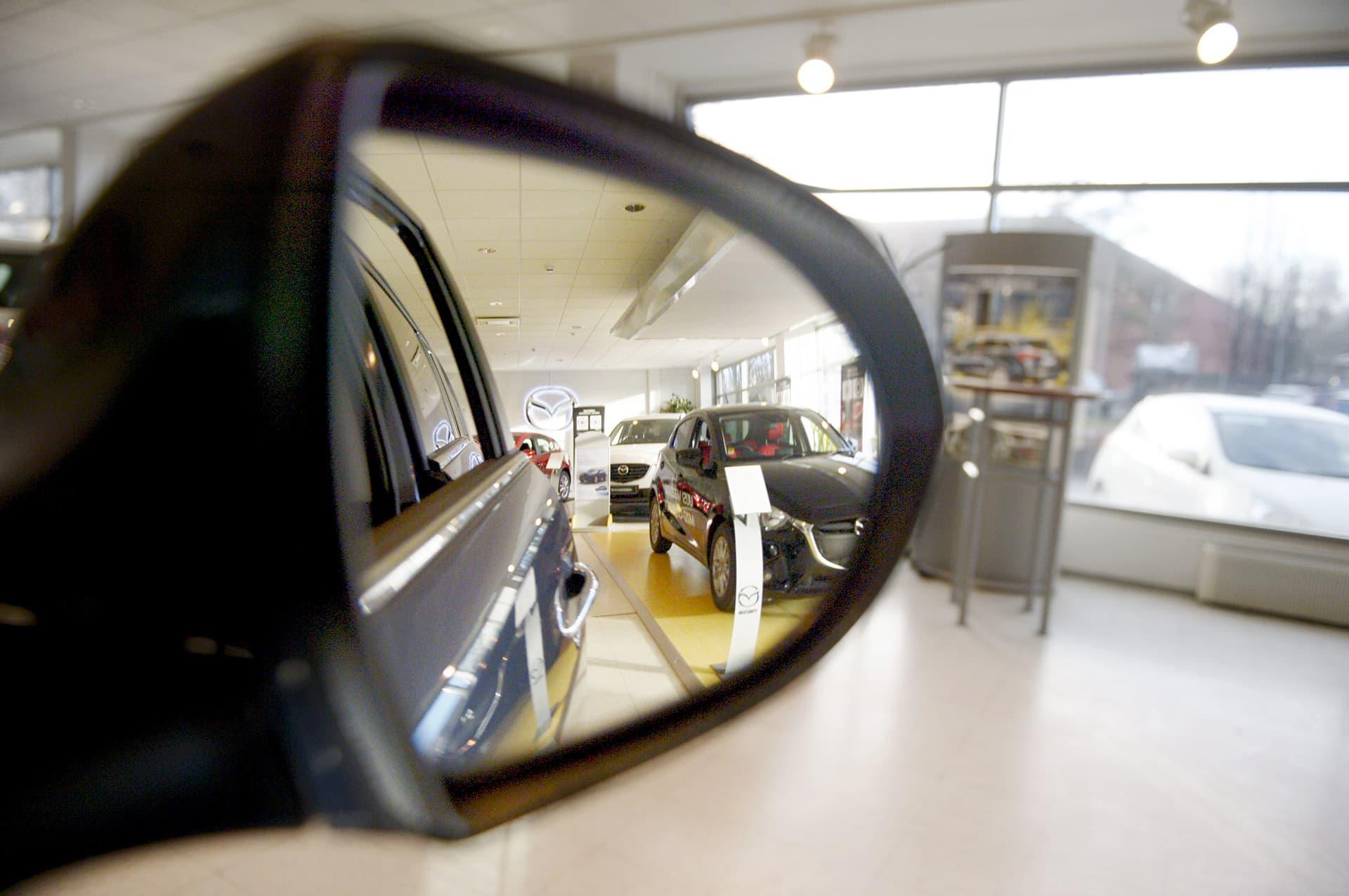 Myynnissä oleva autoja Delta-auton hallissa Konalassa Helsingissä.