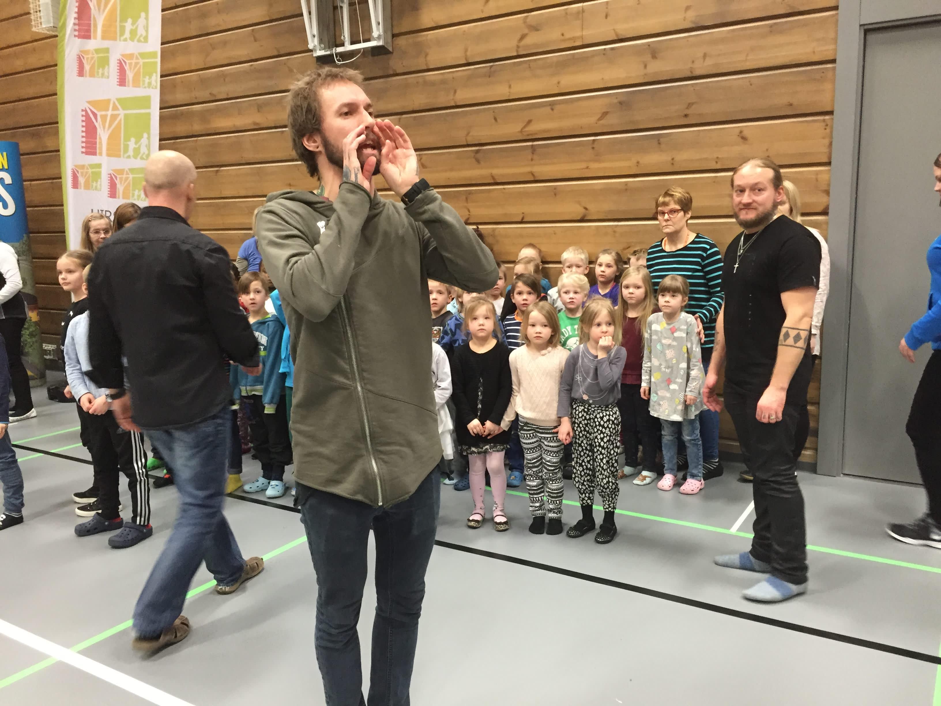 Luokkien ja Duudsonien yhteiskuvaukset käynnissä Pudasjärven hirsikoulukampuksella.