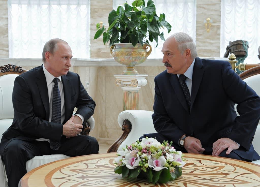 Putin ja  Lukašenka istuvat pöydän äärellä ja katsovat toisiaan vakavina.