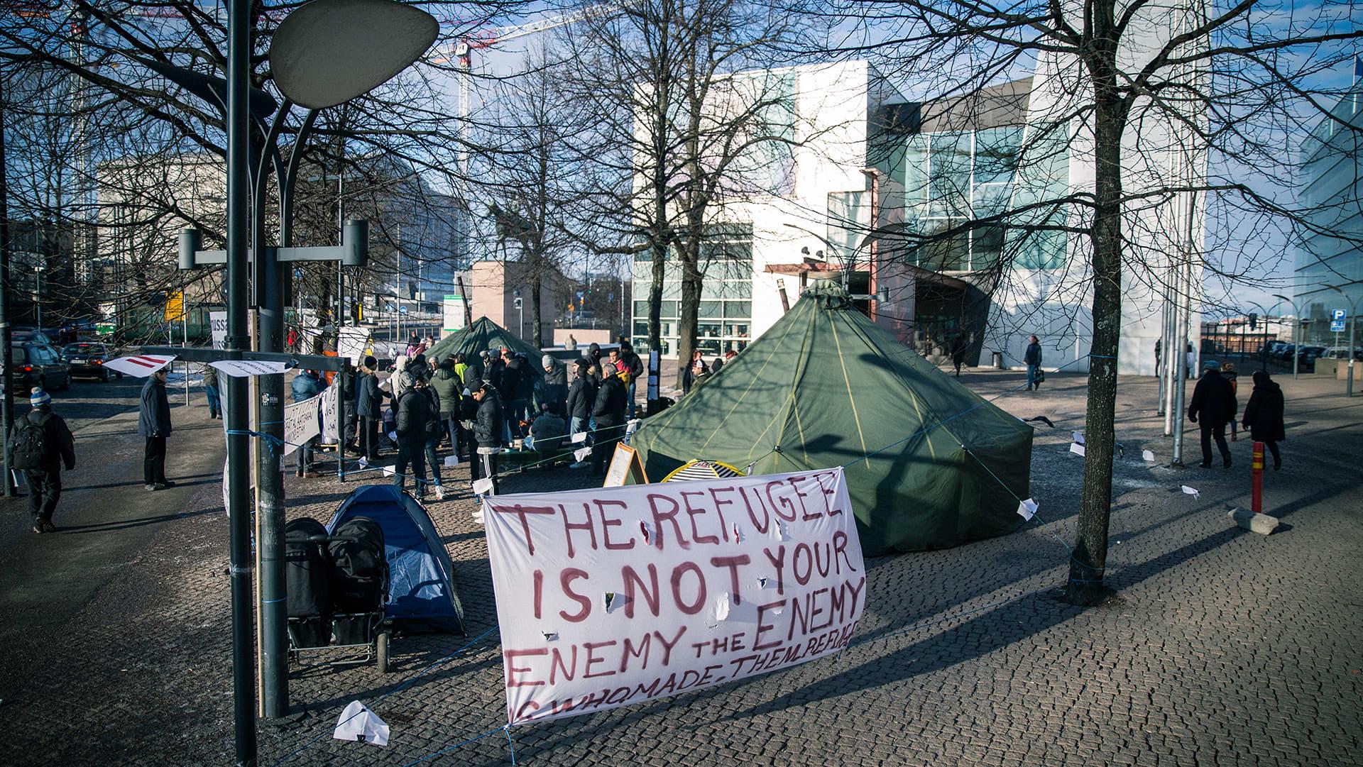 telttoja ja ihmisiä Kiasman aukiolla