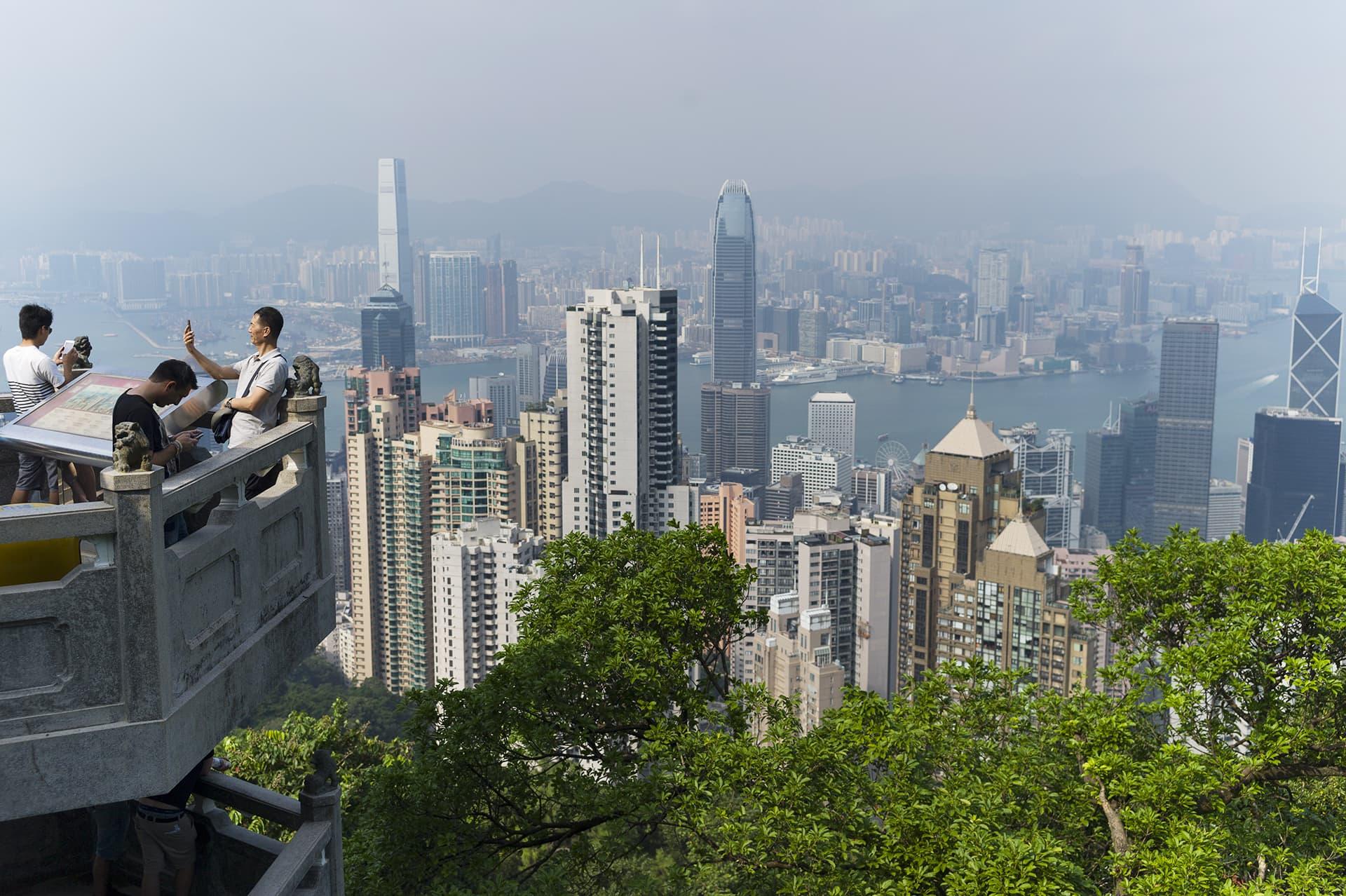 Matkailijat ihailevat näkymiä Victoria Peakilla Hongkongissa.