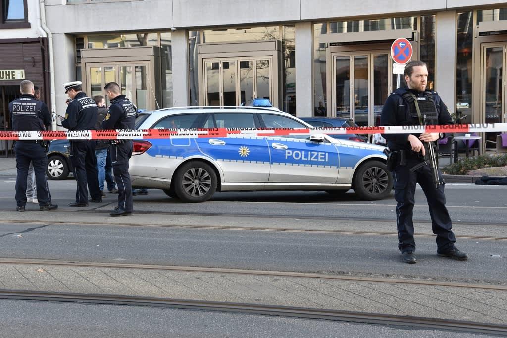 Poliisi vartio paikkaa, jossa mies ajoi kolmen ihmisen päälle Saksan Heidelbrgissä 26.2.2017.