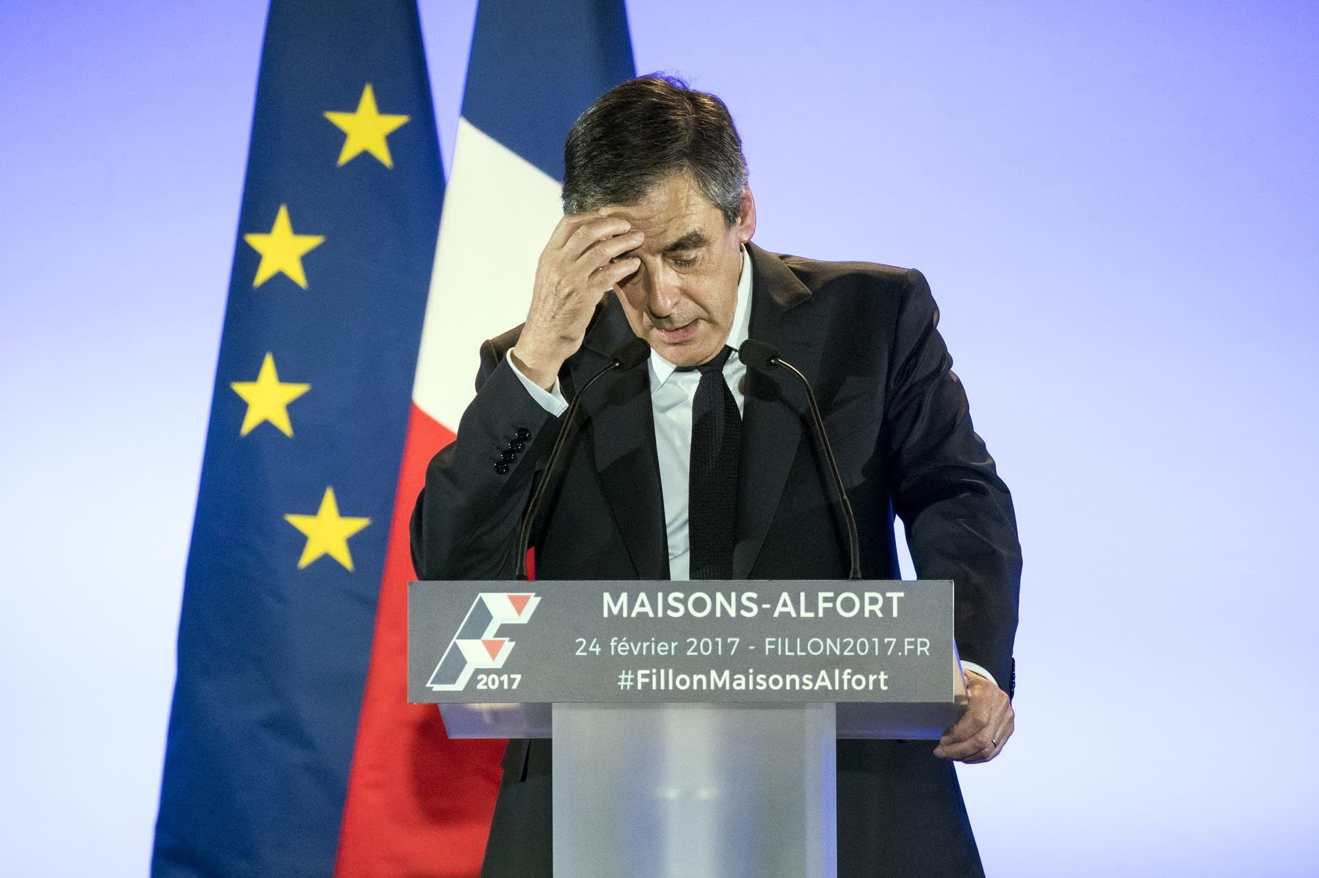 Francois Fillon puhujalavalla