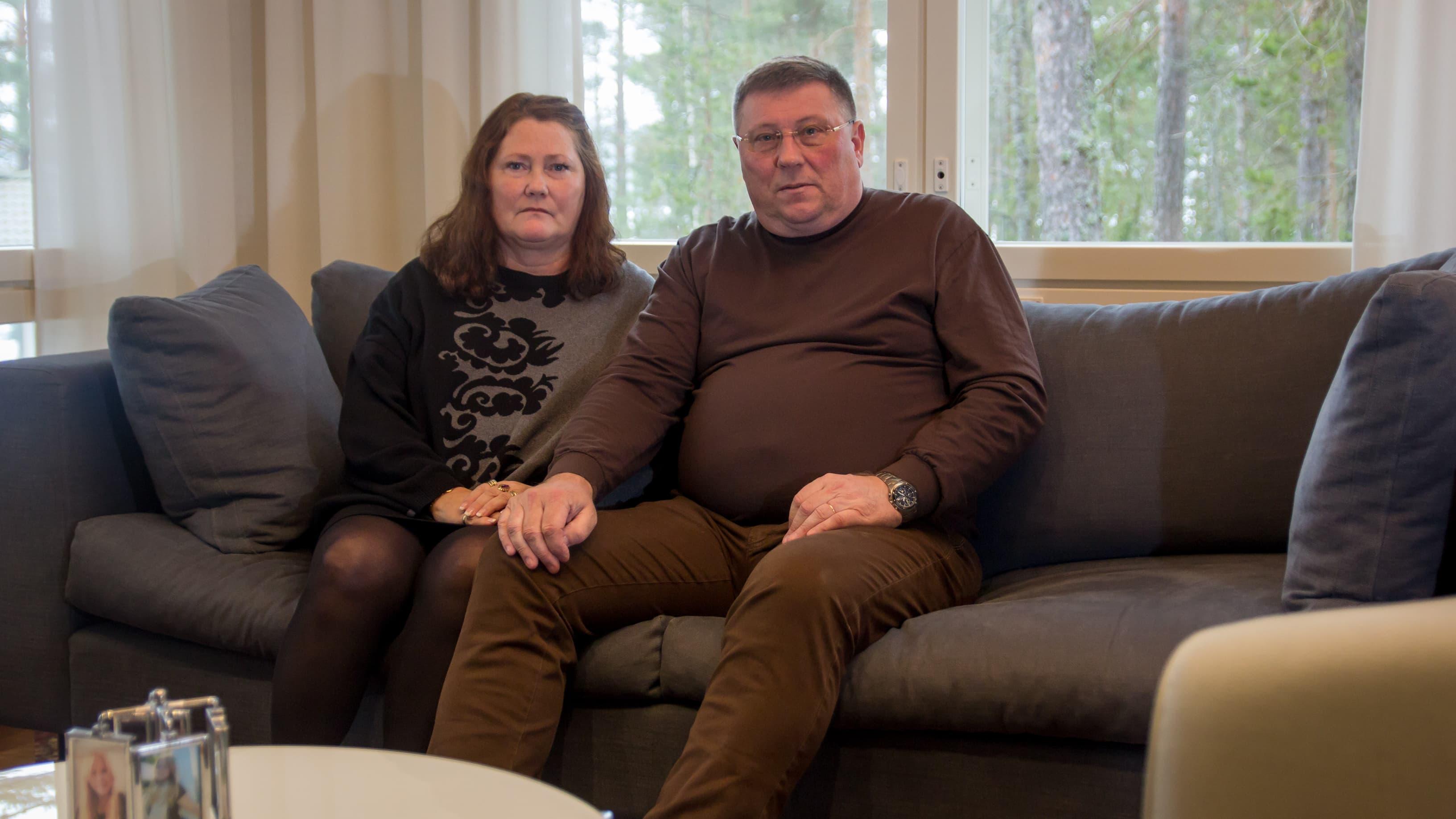 Päivi ja Seppo Nikkilä istuvat sohvalla