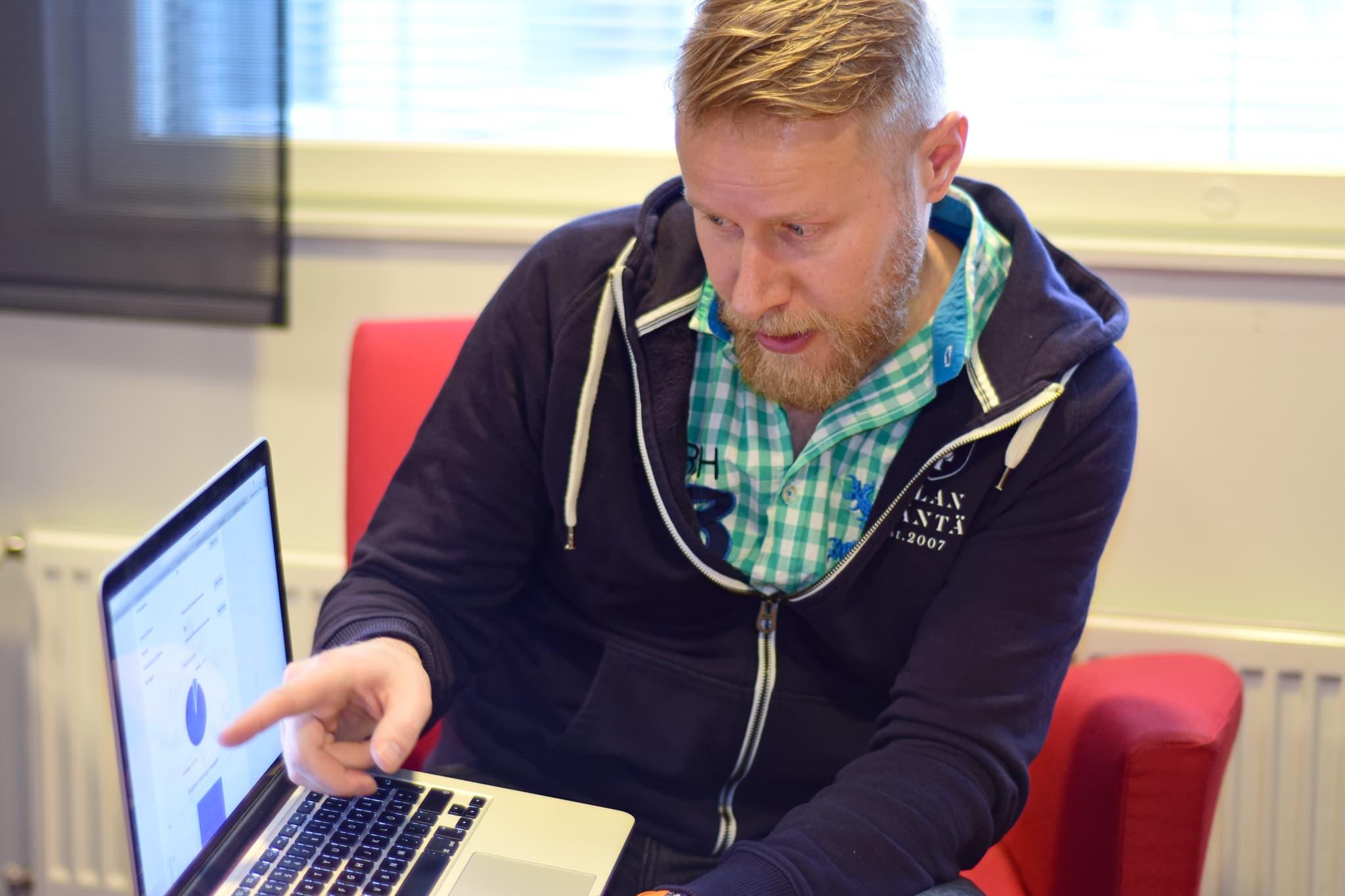 Oululainen yrittäjä-juontaja Lauri Salovaara istuu kannettavan tietokoneensa äärellä.