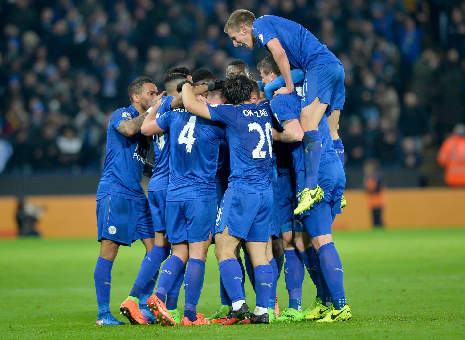 Leicesterin pelaajat juhlivat maalia.