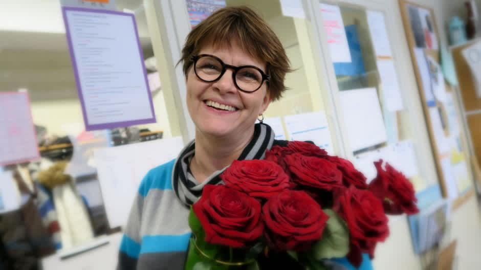 Riitta Hietanen ja naistenpäivän ruusukimppu
