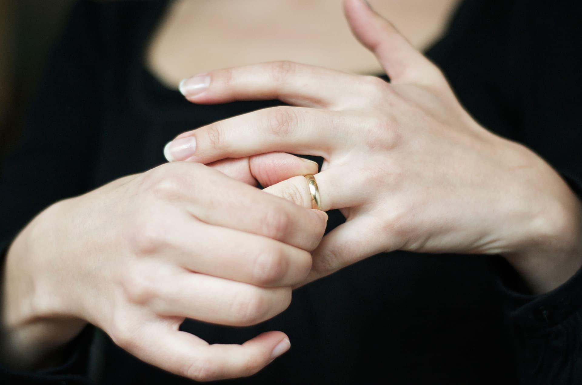 nainen ottaa sormusta sormestaan