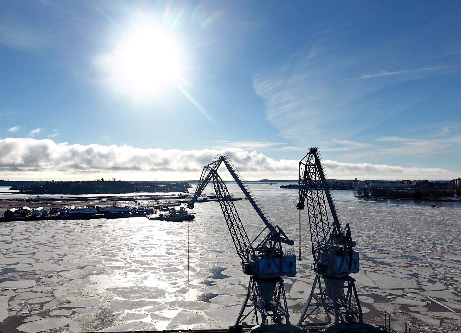 Hanasaaren nosturit kylpivät auringossa Helsingissä 20. maaliskuuta 2017.