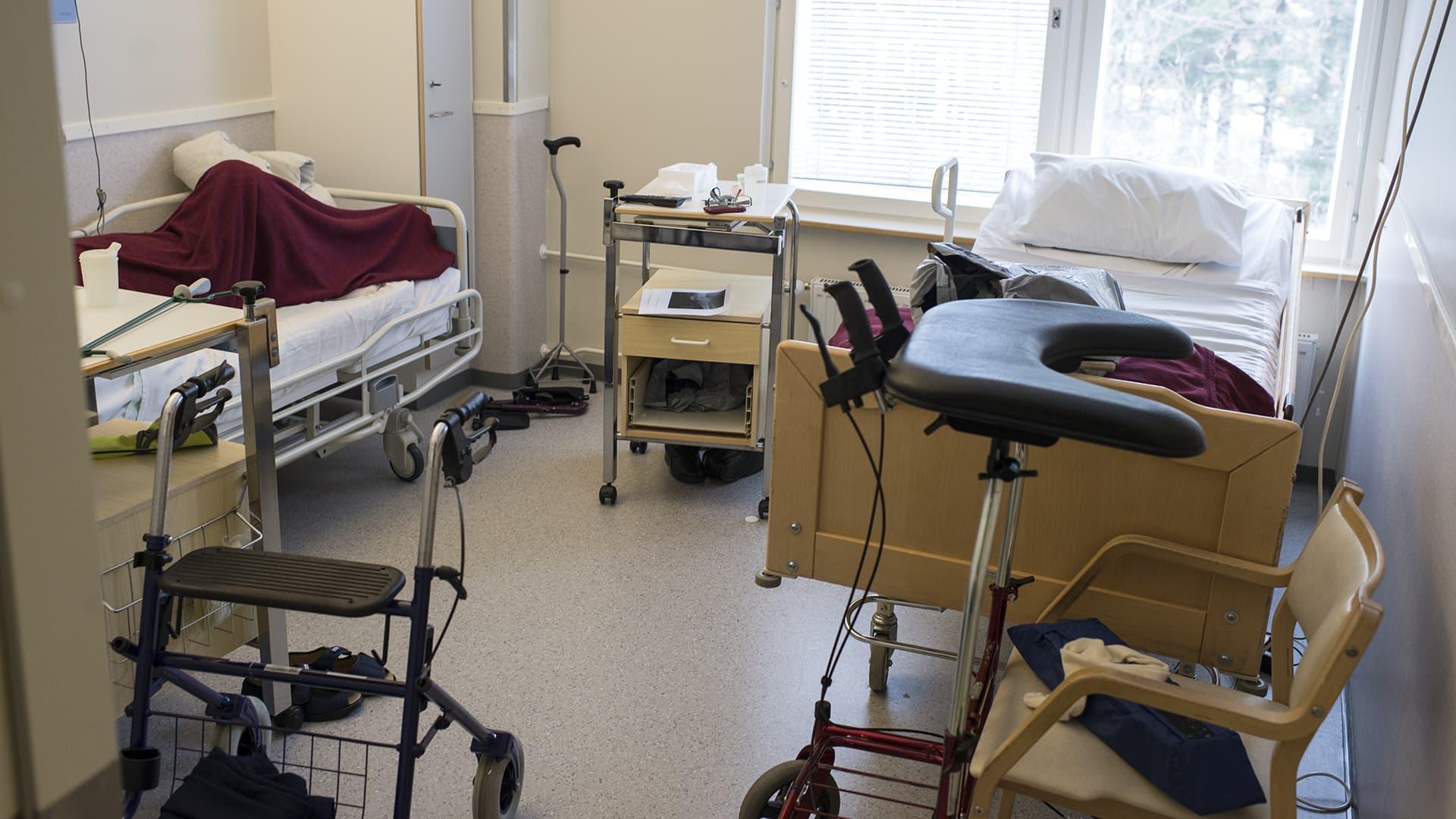 Ahtaan näköinen huone Malmin sairaalan vuodeosastolla 8.