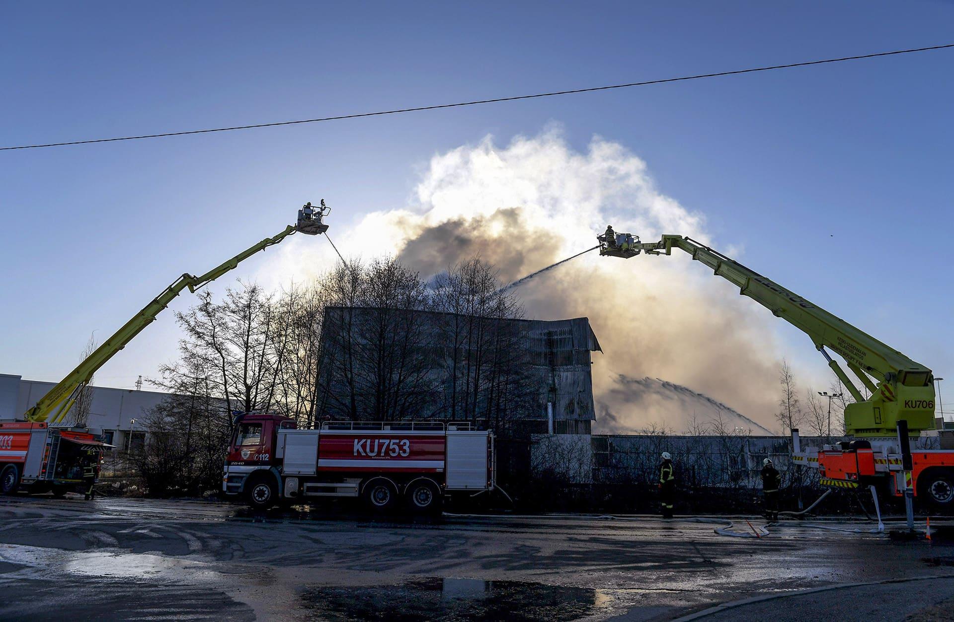 paloautot sammuttavat palavaa rakennusta