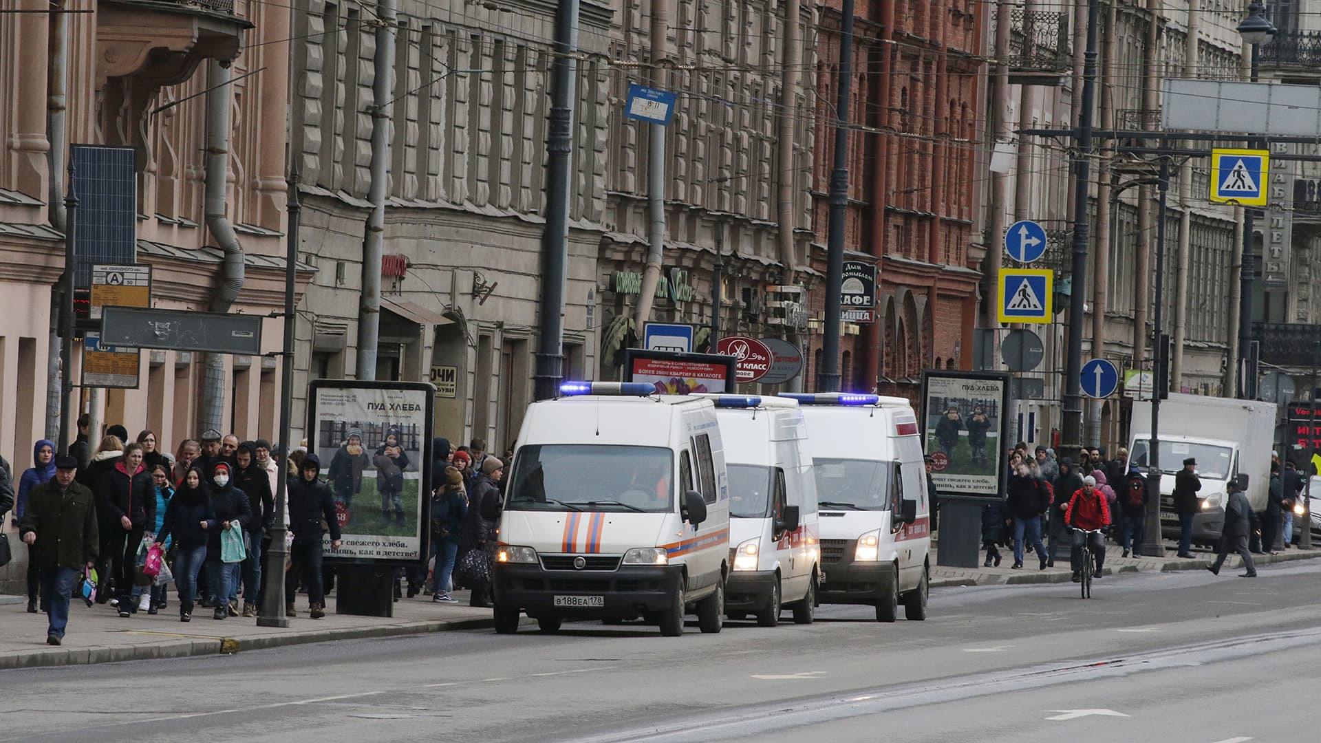 Hälytysajoneuvoja Tekhnologichesky Institute -metroaseman edustalla Pietarissa 3. huhtikuuta.