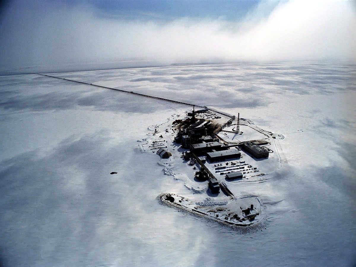 Öljykenttä Alaskassa nähtynä ilmasta.