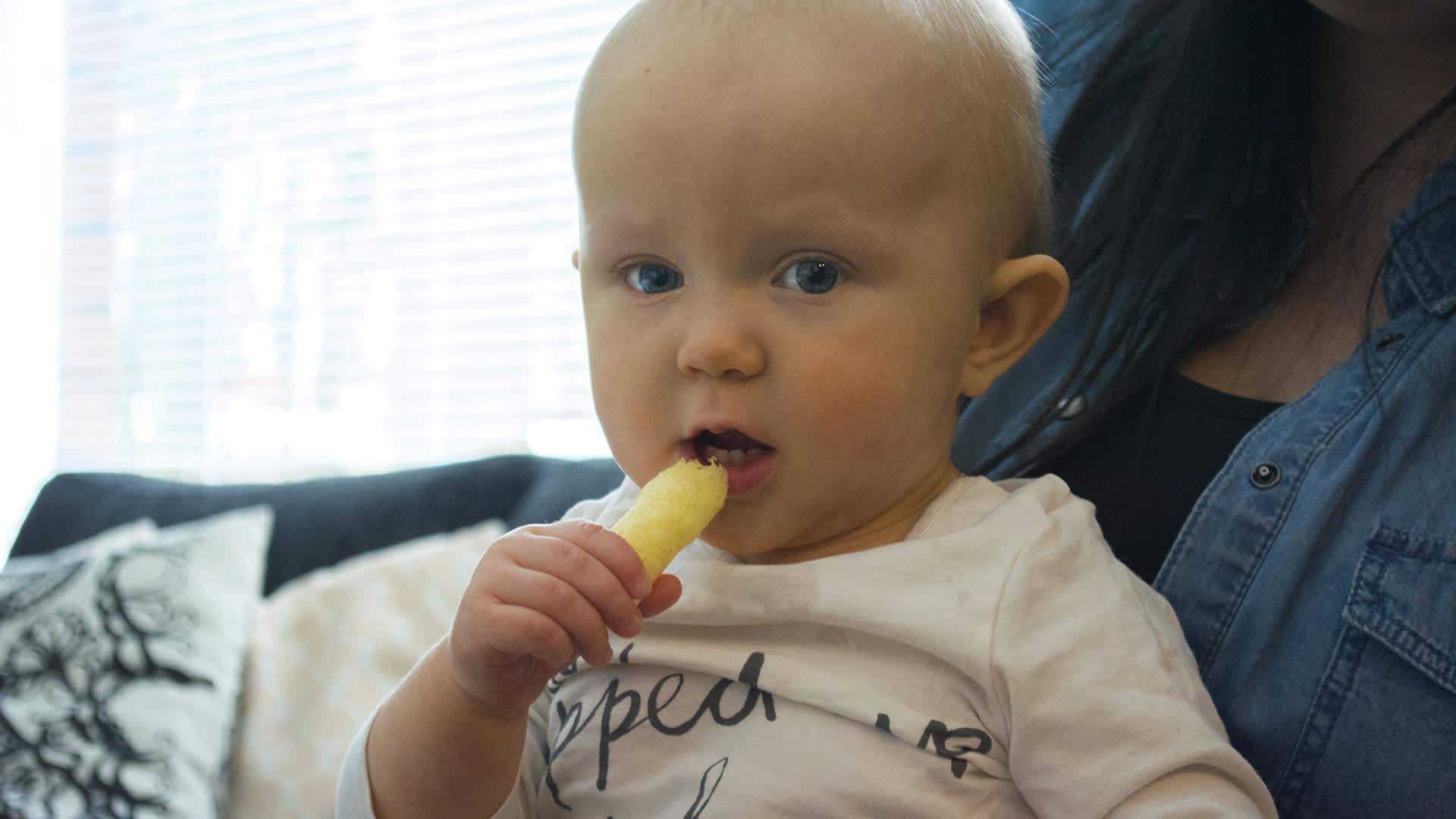 Lilja Kemppainen syömässä maissinaksua.
