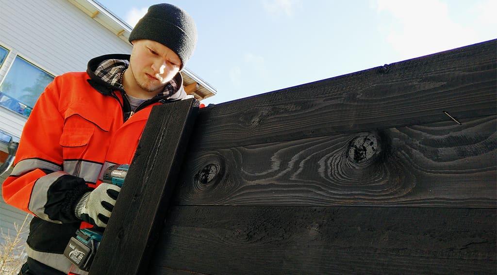 Aleksi Nikkilä Oulun  työstää kestävän kehityksen keskuksessaOuluun tulevaa kasvatuslaatikkoa.
