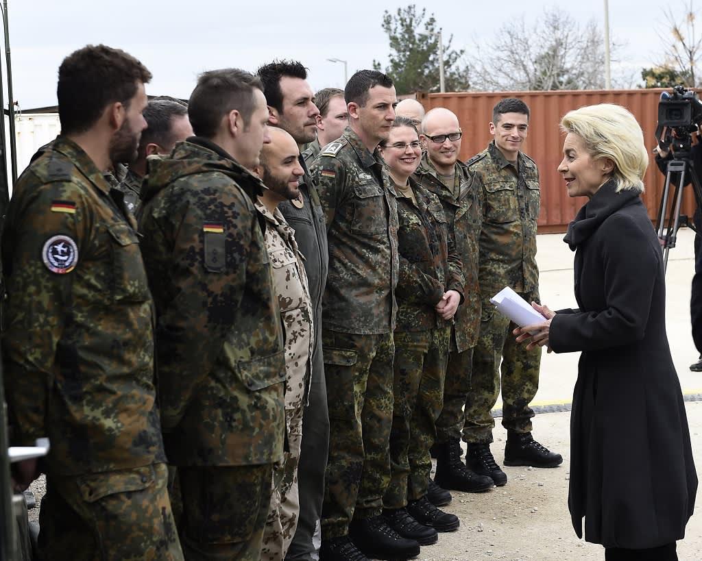 saksalaisia sotilaita ja rouva puolustusministeri