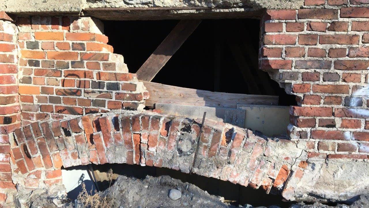 Varastorakennuksen murrettu seinä.