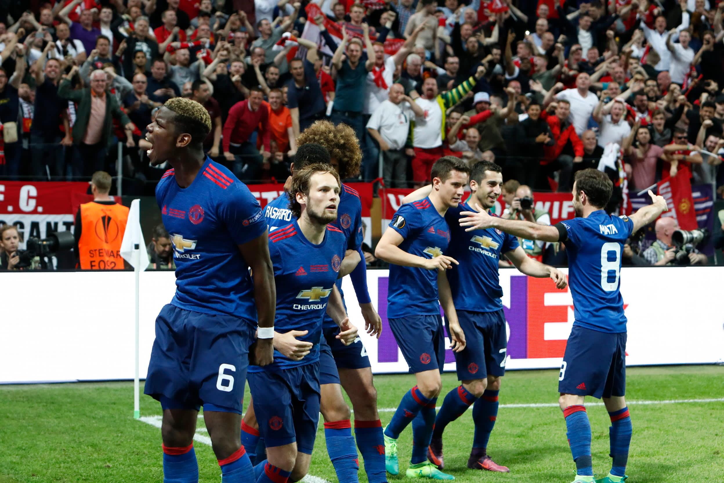 Manchester United juhli voittoa railakkaasti.