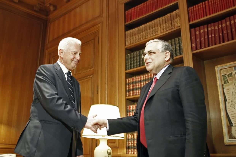 Papademos kättelee virkaa tekevää pääministeriä.