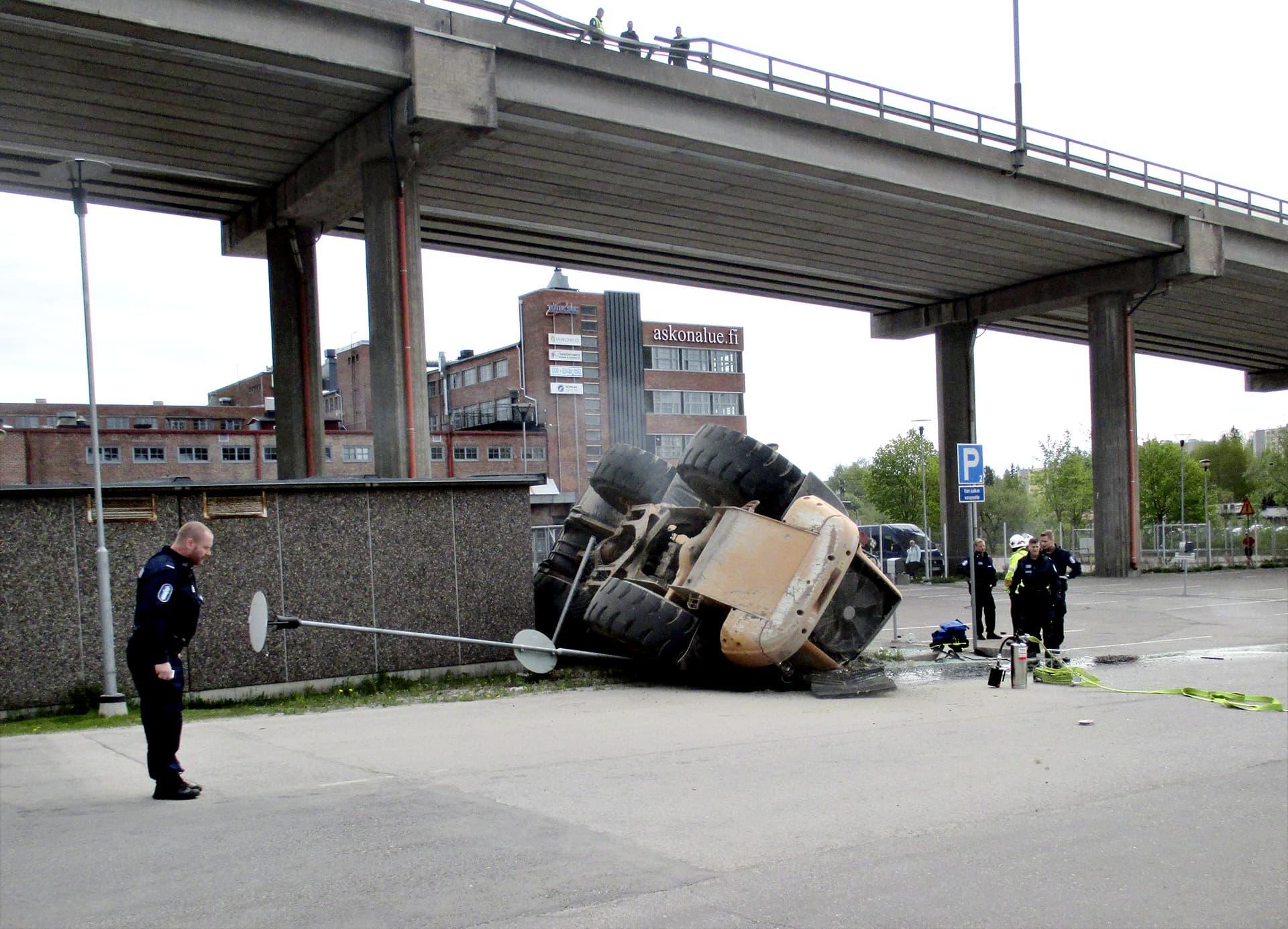 Poliisi tutki kuormaajan putoamispaikkaa Lahdessa lauantaina 27. toukokuuta.
